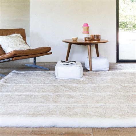 tapis sur mesure ecru en fausse fourrure par ligne pure