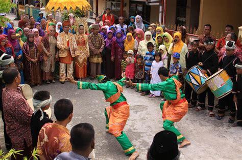 traditioneller tanz durch polynesische eingeborene