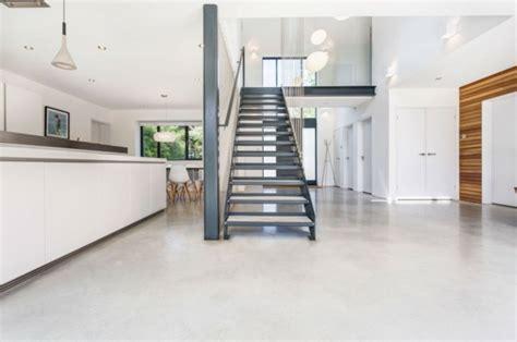 escalier entre cuisine et salon résidence qui compte un superbe escalier design
