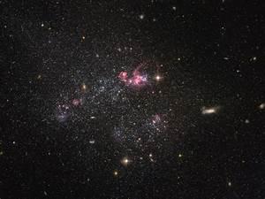 Hubble sees a distinctly disorganised dwarf galaxy ...