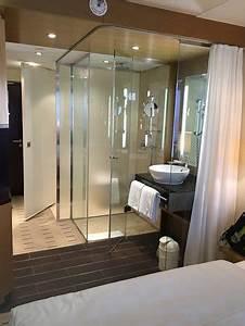 Bad Im Schlafzimmer : offenes badezimmer mit vorhang vom schlafbereich getrennt ~ A.2002-acura-tl-radio.info Haus und Dekorationen