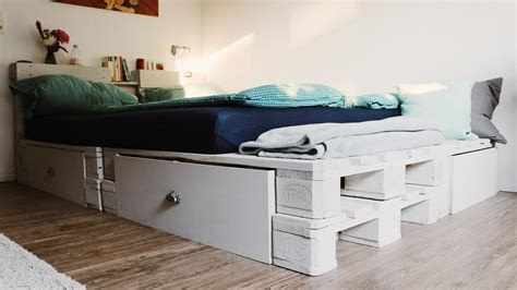 bett mit paletten ᐅ palettenbett selber bauen kaufen europaletten bett diy shop