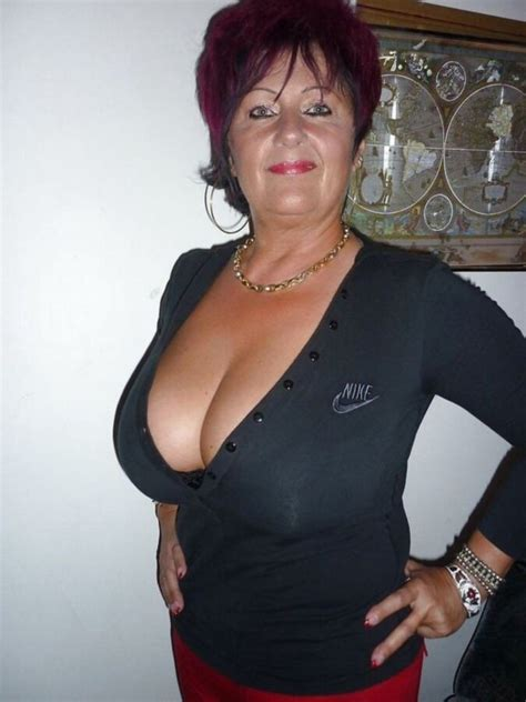 old lady with major cleavage - Mega Porn Pics