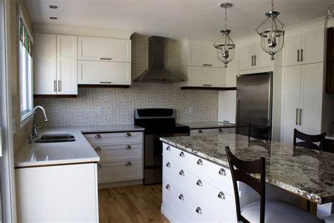 granit blanc cuisine armoires de cuisine en polyester blanc îlot en granit cuisines despro