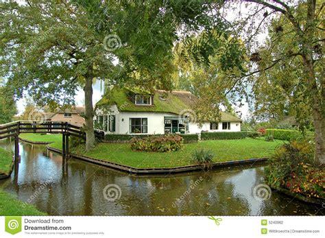 maison couverte de chaume sur le bord de l eau photo stock image 5240982
