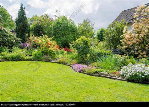 Garten Mit Rasen Im Frühling  Stock Photo #12285974