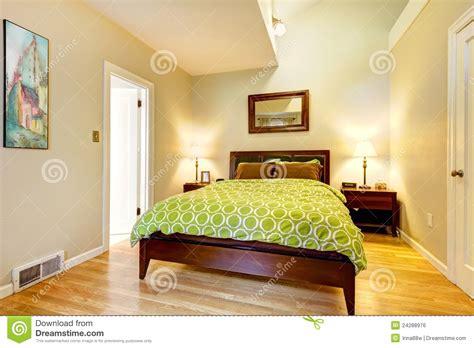 what does chambre in łóżkowej sypialni beżowa brąz zieleń nowożytna obraz