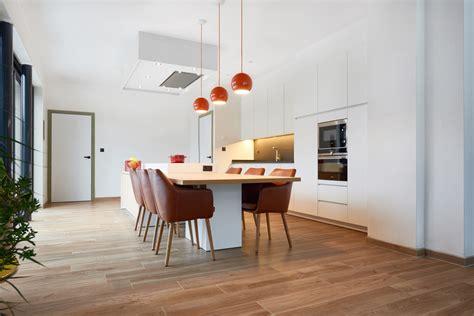 Keuken Met Kookeiland En Tafel by Greeploze Witte Keuken Met Een Kookeiland En Een Vaste