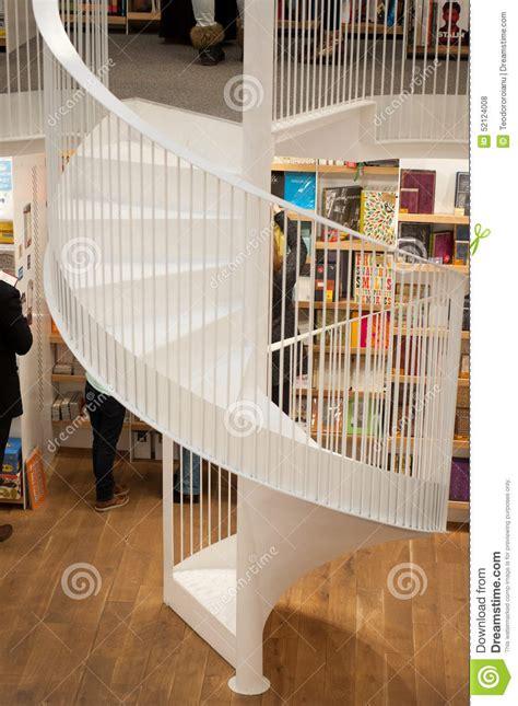 libreria spirale scale a spirale moderne fotografia stock editoriale
