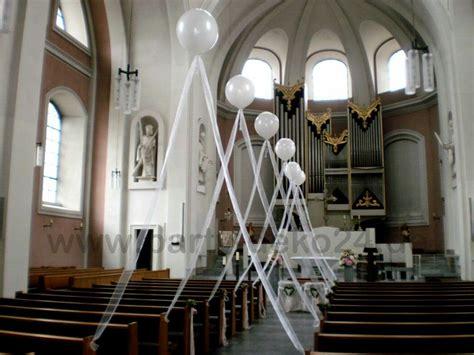 hochzeitsdeko  der kirche mit heliumballons