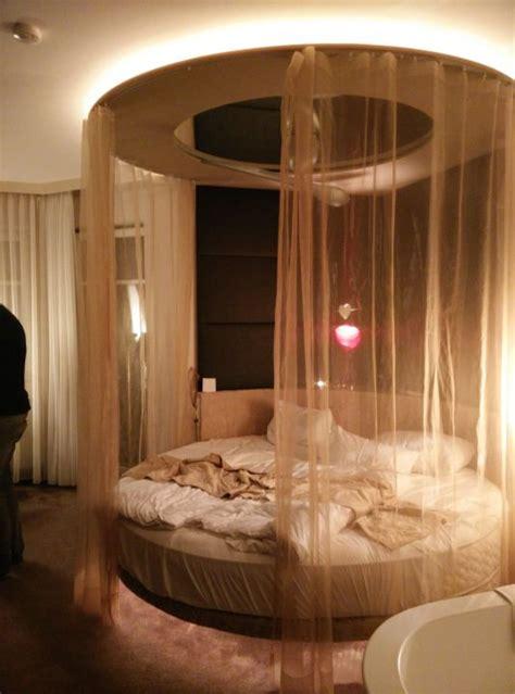 """""""gemütliches Rundes Bett Mit Indirekter Beleuchtung"""