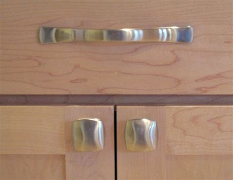 kitchen cabinet pulls and handles kitchen knobs verses pulls kitchen cabinet door pulls