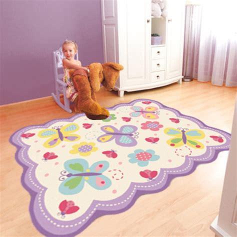 tapis chambre de bébé le tapis chambre bébé des couleurs vives et de l