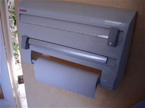 distributeur papier cuisine et papiers en cuisine