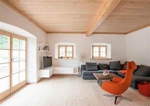 Wohnzimmer Landhaus Modern : wie sieht das klassische wohnzimmer mit altholz und bodentiefen fenstern im landhaus aus genau ~ Orissabook.com Haus und Dekorationen