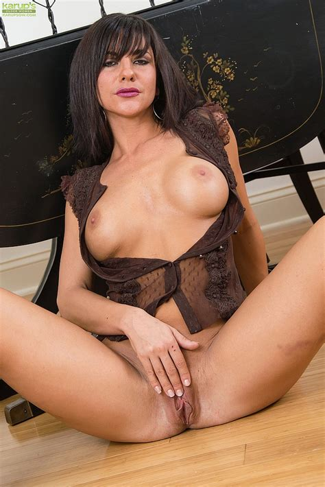 Mackenzie Marie Let Out Her Yummy Melons MILF Fox