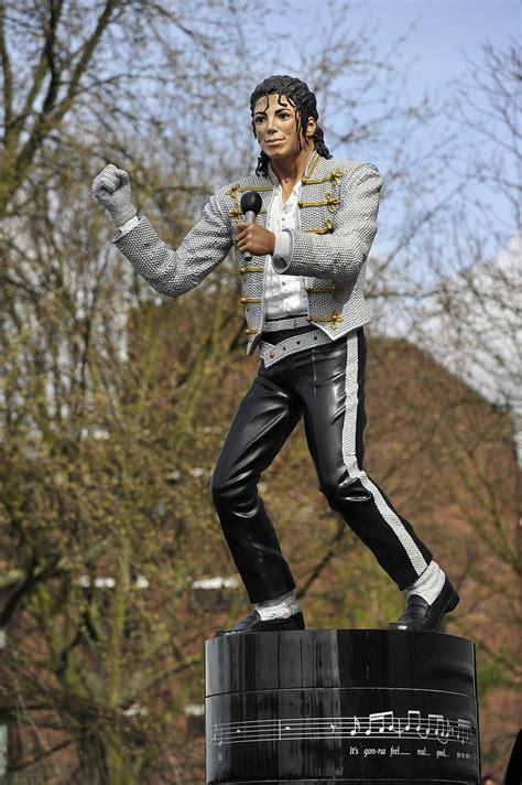 Craven Cottage Michael Jackson Fulham Tell Michael Jackson Statue To Beat It As