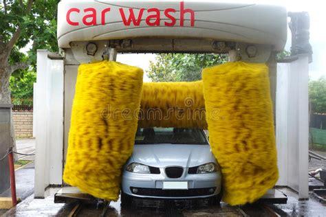 voiture dans la station de lavage automatique photo stock image du lavage savon 31379848 - Station De Lavage Automatique