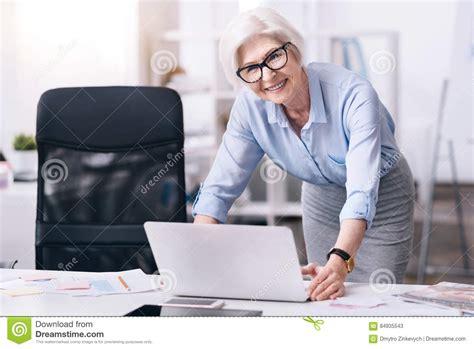 m駭age dans les bureaux femme d 39 affaires âgée avec plaisir travaillant dans le bureau image stock image du reste intérieur 84935543