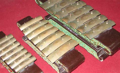Ketipung terbuat dari bahan dasar kayu yang dibubut dan diberi lubang pada bagian tengahnya. Mengenal 11 Alat Musik Tradisional dari Jawa Tengah