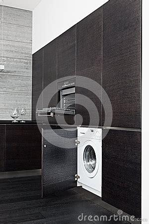 machine a laver dans la cuisine construire dans la machine à laver et le cuiseur sur la