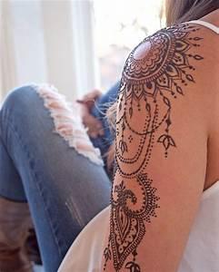 Tattoos Schulter Oberarm Frau : kunstvolles ornament auf eine schulter tatoos pinterest tattoo ideen t towierungen und ~ Frokenaadalensverden.com Haus und Dekorationen
