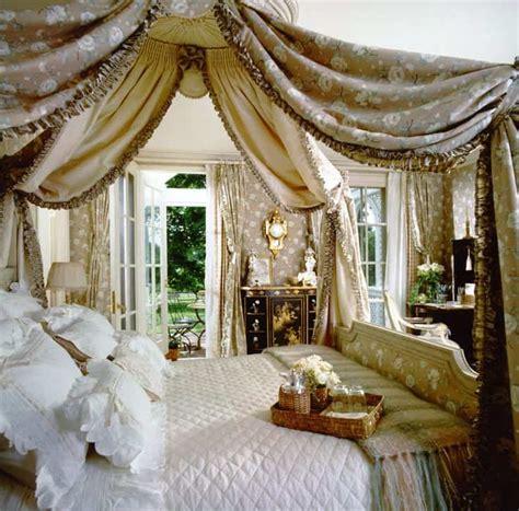 beautiful canopy beds   create  majestic