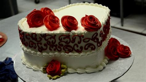 How To Decorate Shaped Cake - decorating a shaped cake with roses