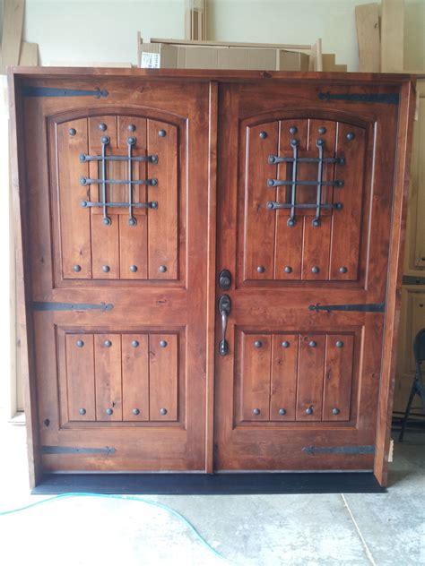 knotty alder rustic arch top entry door   ksr door