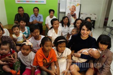 Nikita Mirzani Kunjungi Anak Penderita Kanker Foto
