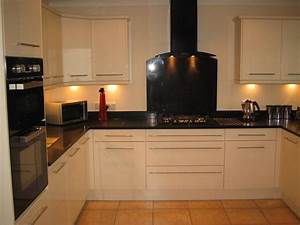 Cream kitchen units with black worktops cream cabinets for Kitchen colors with white cabinets with flying swallows wall art