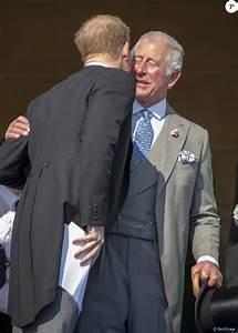 Le prince Harry embrasse son père le prince Charles après ...