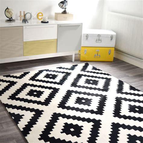 tapis graphique noir  blanc casse    cm