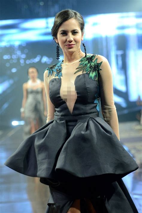 ketika dada pevita pearce mengintip  balik dress
