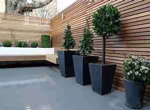 Kleiner Gartenzaun Holz : sichtschutzzaun aus holz und moderne gro e pflanzenk bel aus beton kleiner garten pinterest ~ Whattoseeinmadrid.com Haus und Dekorationen