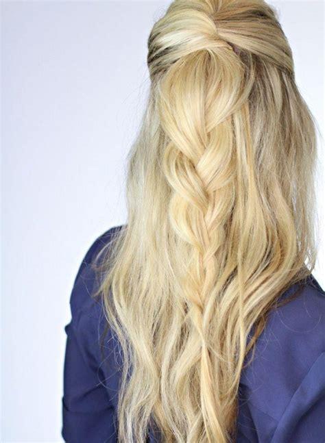 style elegante maedchenfrisur blonde lange haare zopf