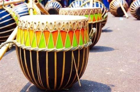 Bentuknya segitiga, dan termasuk alat musik dalam golongan perkusi, idiofoni, yang menghasilkan suara dari seluruh bagian yang menghasilkan getaran. Contoh Alat Musik Ritmis Tradisional Dan Cara Memainkannya
