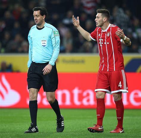 Thomas muller (bayern munich) goes close with a header but the ball is scrambled away by borussia monchengladbach defenders. FC Bayern kassiert erste Niederlage unter Jupp Heynckes - WELT