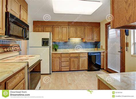 cuisine en dur cuisine simple avec le plancher en bois dur photo stock