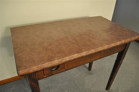peindre bureau peindre table de bureau en simili cuir bricobistro