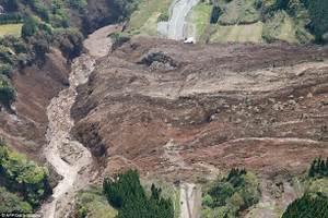 Devastating landslide rips a Japanese mountain apart ...