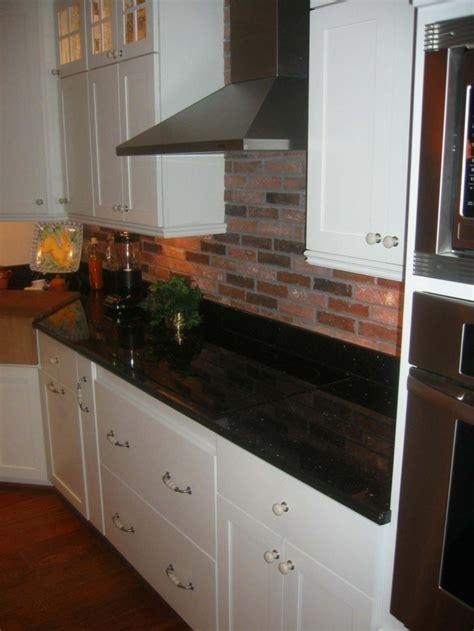 plaque granit cuisine granit noir dans la maison exemples et conseils archzine fr