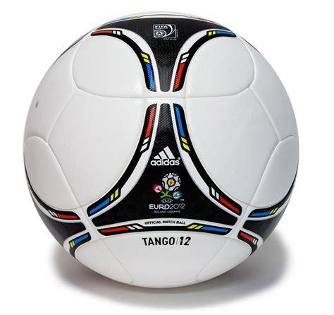 """Fußballinteressierte sowie entscheidungsträger aus wirtschaft und sport. Spielball """"Tango 12""""   14. UEFA-Fussball ..."""