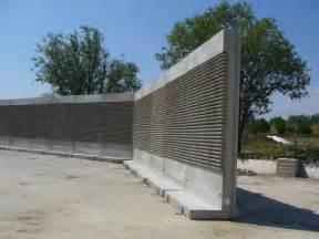 Mur anti bruit autoportant en beton arme prefabrique for Mur anti bruit maison