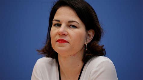 Annalena baerbock wurde zur ersten kanzlerkandidatin der grünen gekürt und führt die partei in den bundestagswahlkampf. Grünen-Vorsitzende Annalena Baerbock hat die wiederholten Zitteranfälle von Bundeskanzlerin ...