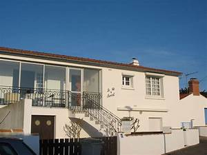 partie de maison a l39etage independante desservie par un With escalier de maison exterieur