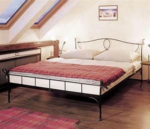 Bett Mit Komforthöhe : komforth he bett 90x200 cm aus wei em metall odria ~ Markanthonyermac.com Haus und Dekorationen