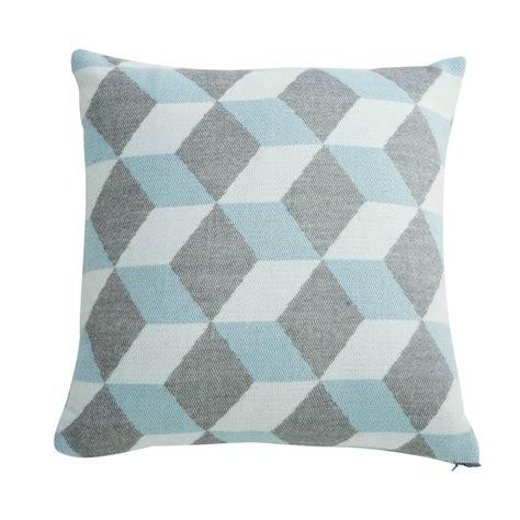 chambre bébé gris et bleu coussin graphique en tissu bleu et gris 45x45cm cubissa