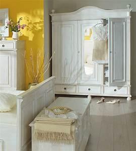 Kleiderschrank Antik Weiß : landhaus kleiderschrank 3 t rig mit spiegel massiv aus holz ~ Frokenaadalensverden.com Haus und Dekorationen
