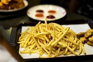 Tablett Mit Foto : tablett mit fastfood chicken nuggets und pommes frites der schnellimbi nahrung download der ~ Orissabook.com Haus und Dekorationen